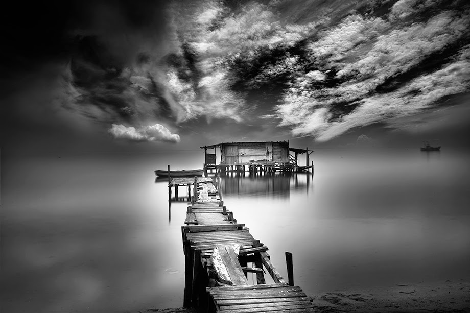 01-Vassilis-Tangoulis-The-Sound-of-Silence-in-Black-and-White-Photographs-www-designstack-co
