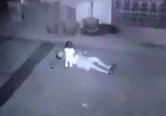 Lo Asesina con su hija en Brazos