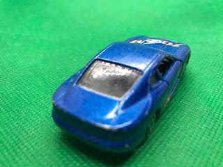 アストンマーティン DB7 のおんぼろミニカーを斜め後ろから撮影