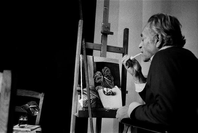 Renato Guttuso nel suo studio, Palermo, 1985. Foto di Letizia Battaglia