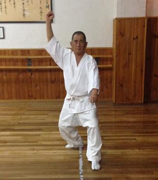 Atsuo Hiruma practicando en el dojo - Shotokai