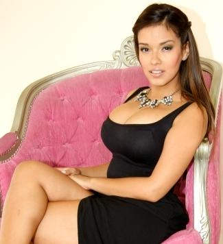Foto de Shirley Arica sentada