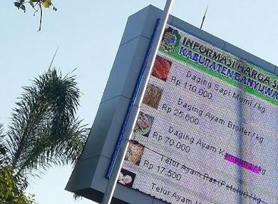 Videotron di Banyuwangi menampilkan info bahan pokok.
