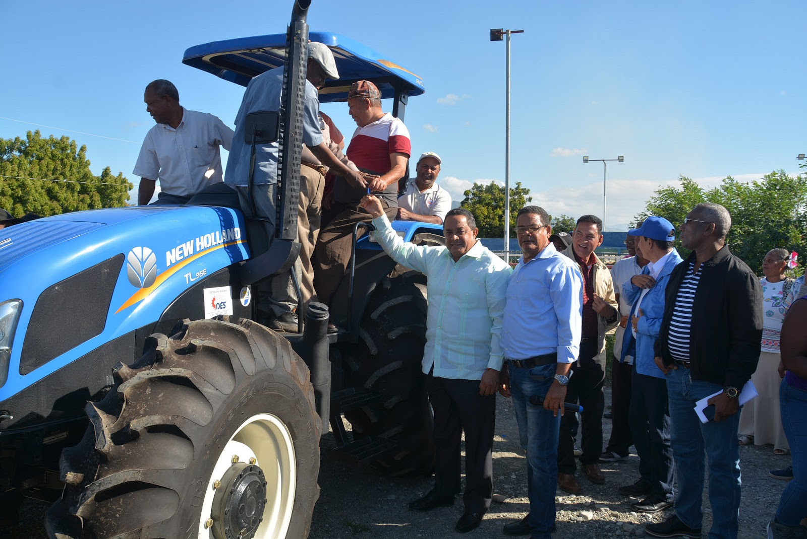 Compromiso cumplido: Gobierno entrega tractor y rastra a productores de Las Calderas