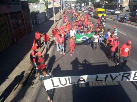 Bloquean carreteras en Brasil para exigir la libertad de Lula