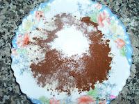 En un bol la harina, la levadura y el cacao puro