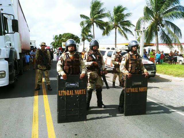 Desempregados realizam protesto na BR-101 próximo a Acajutiba contra empresa que não estaria realizando contratação de mão de obra local