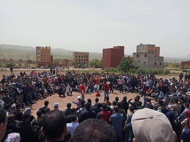 """الأساتذة المتعاقدون يعقدون جموعهم العامة في الشارع العام وبعض التنسيقيات تتمرد على قرار """"تعليق الإضراب"""""""