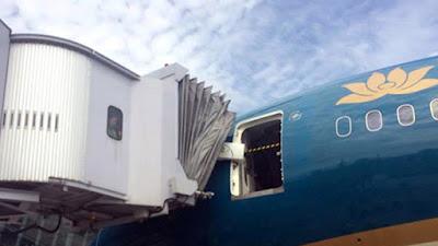 Siêu máy bay Boeing 787 của Vietnam Airlines bị va quệt làm hỏng cửa