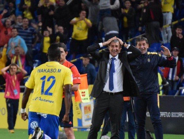 Wakaso corre hacia el banquillo para celebrar el gol