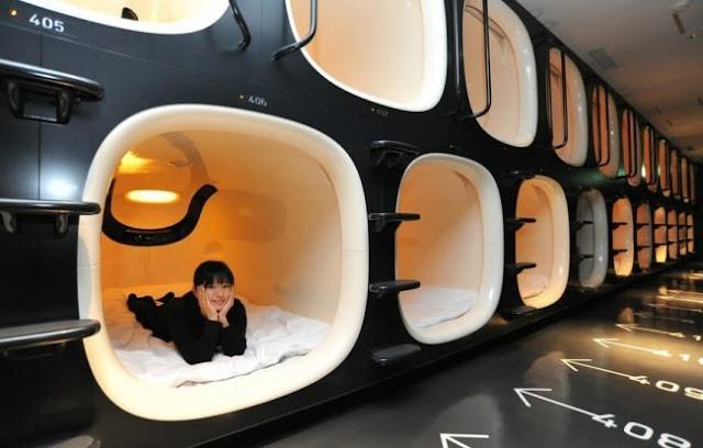Hotéis tipo cápsula são comuns na nação asiática. Eles dorme maravilhosamente!