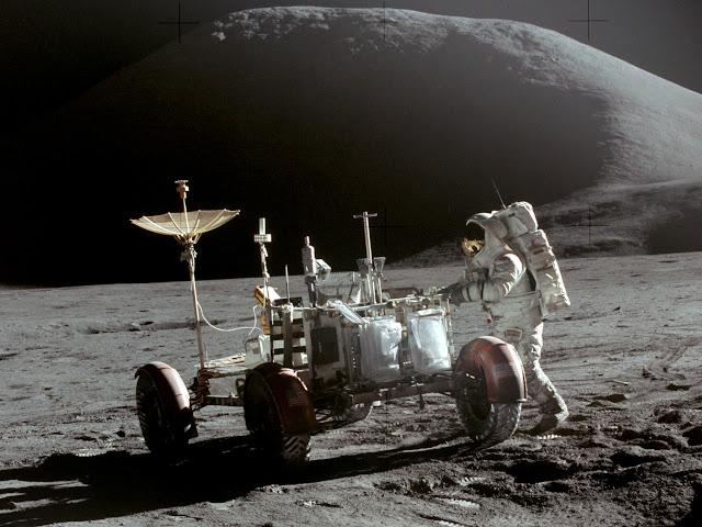 Phi hành gia James Benson Irwin bên cạnh chiếc xe chạy pin trên bề mặt Mặt Trăng trong sứ mệnh Apollo 15. Hình ảnh: NASA.