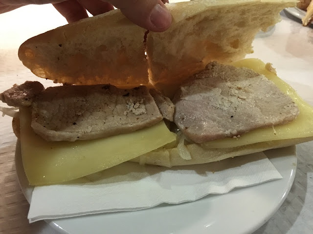 Bocadillo de lomo con queso y cebolla pochada del restaurante la Piula