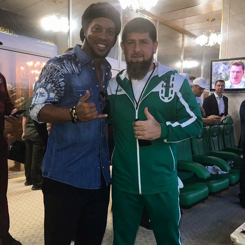 Ronaldinho Gaúcho posta foto com líder homofóbico da Chechénia e recebe criticas de fãs