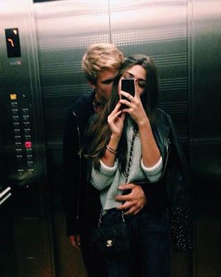 pose en pareja en ascensor