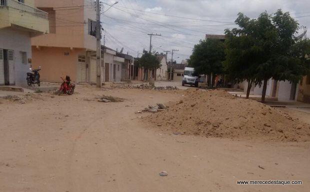 Obra de pavimentação inacabada causa transtornos em Santa Cruz do Capibaribe