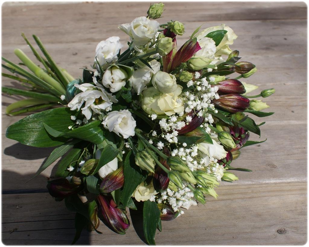 c260ccc2a1e1 Buketten fick bestå av cremevita rosor, vita tulpaner, vit prärieklocka,  lila alströmeria och brudslöja.