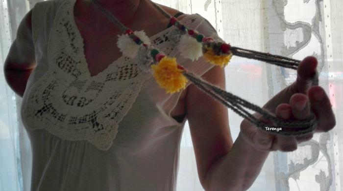 como-hacer-collar-ganchillo-cuentas-pompones