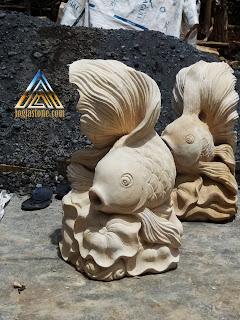 patung ikan mas hias / ikan mas koki untuk air mancur kolam yang dibuat dari batu alam paras jogja atau batu alam putih