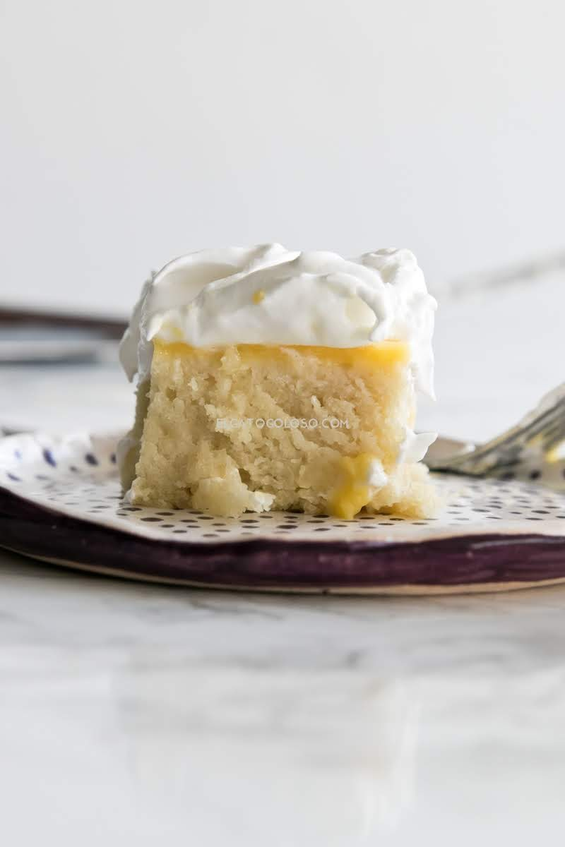 Poke cake de limon, receta refrescante y fácil vía elgatogoloso.com