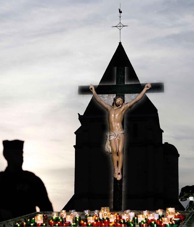 No fundo: a igreja de Saint-Etienne du Rouvray, cenário do sacrílego crime islâmico. Na frente: crucifixo na igreja de St-Vincent em Baux-de Provence.