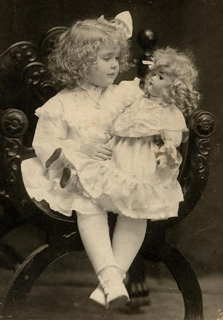 13 Vintage Photos Of Little Girls Pose With Their Look A