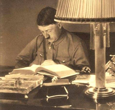 Η καθολικότητα των γνώσεων του Χίτλερ μπορούσε να προκαλέσει έκπληξη ή δυσαρέσκεια σε όσους δεν γνώριζα, αλλά αυτό ήτανε και ένα ιστορικό γεγονός: Ο Χίτλερ ήτανε ένας από τους πιο καλλιεργημένους άνδρες του αιώνα.