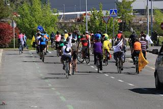Marcha ciclista contra la industria militar