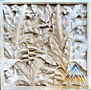 Ukiran relief pisang-pisangan dibuat dari batu alam paras Jogja/Batu putih