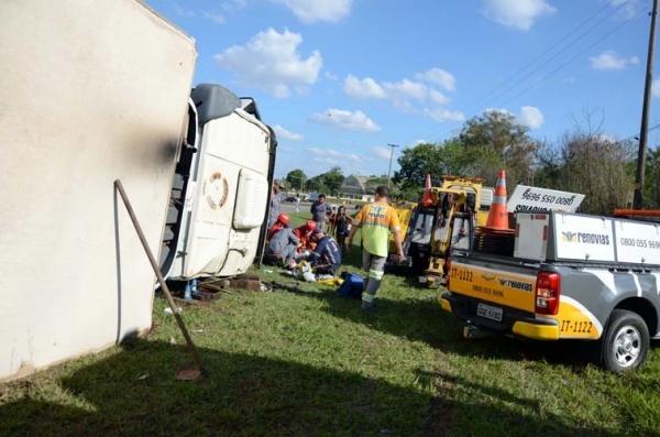 Carreta tomba e motorista fica ferido na SP-340
