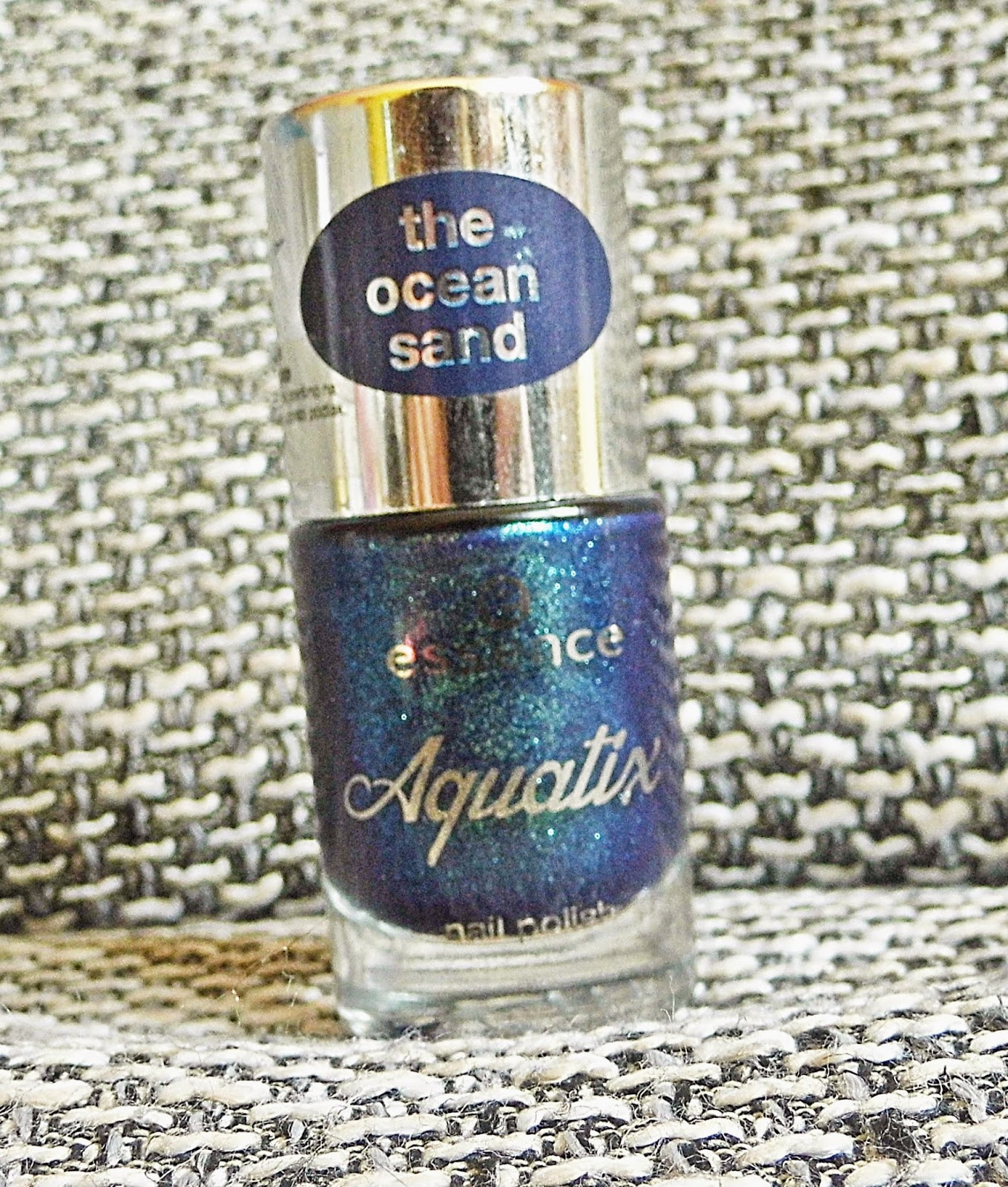 essence-aquatix-limited-edition-under-water-love-swatch-picture-bottle