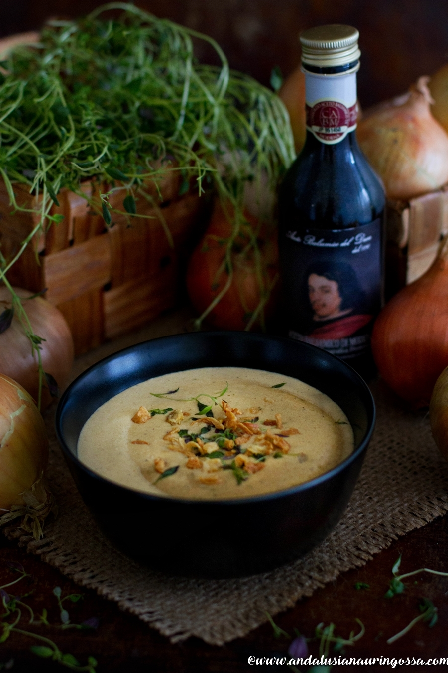 Andalusian auringossa_kermainen karamelisoitu sipulikeitto kastanjatahnalla_vegaani_gluteeniton