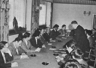 Alois Nagler, dando la bienvenida a los jugadores del Torneo Internacional de Ajedrez Zúrich 1961