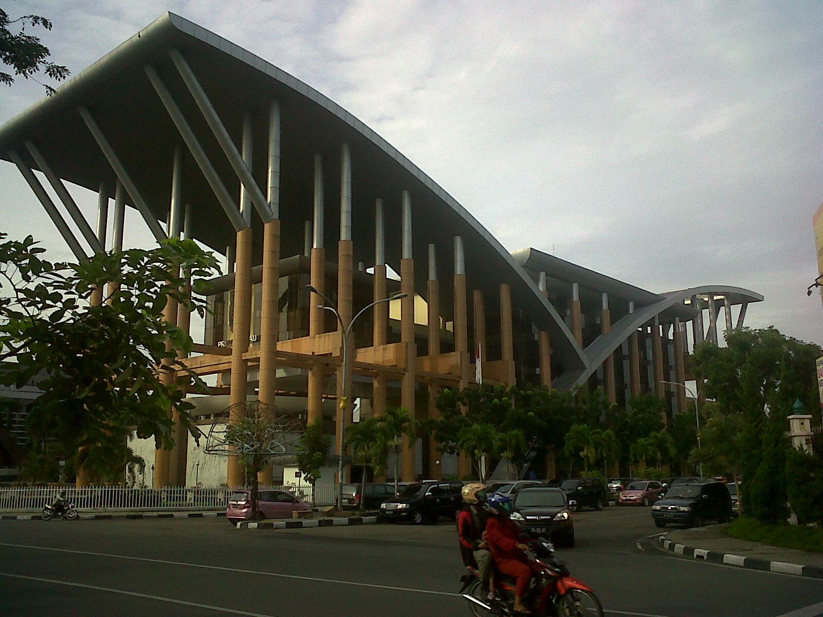 ... Jos turun dan melakukan hal yang biasa kulakukan jika sedang  berjalan-jalan  mencari bangunan unik dan menikmati keindahan arsitektur  kota di Pekanbaru. 182fbc0e86