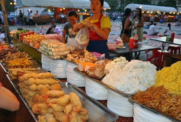 Quầy hàng thức ăn ở chợ đêm Phnôm Pênh
