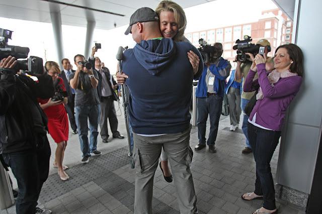 Sobreviviente del bombazo en Boston se casa con bombero que la salvó