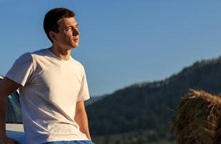 Baju Kaos Pria : Cara Padukan Kaos agar Tampilan Tidak Biasa