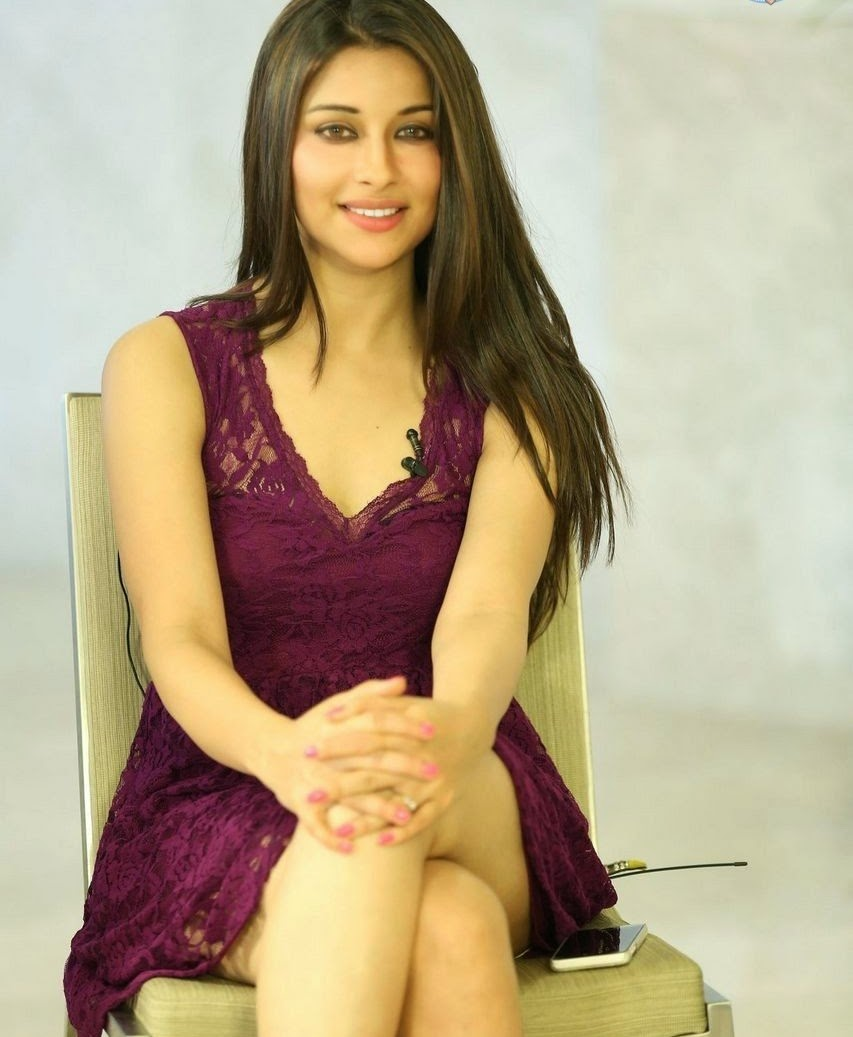 South Indian Actress Madhurima Legs Thighs Show In Mini Maroon Skirt