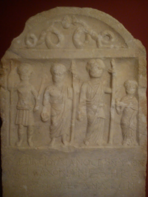 H αρχαία ανάγλυφη στήλη της Φλώρινας με τον Αλέξανδρο ως θεό
