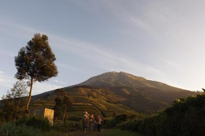 prampelan negeri atas awan - akarwangi.com