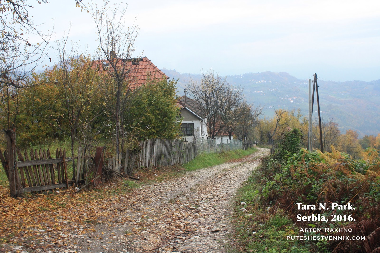 Проселочная дорога и забор
