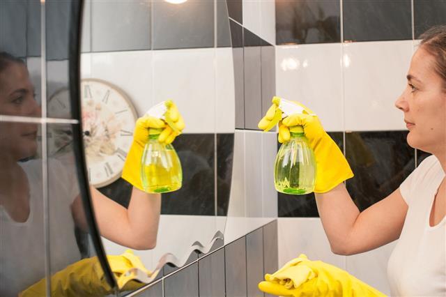 Como limpar um espelho de banheiro