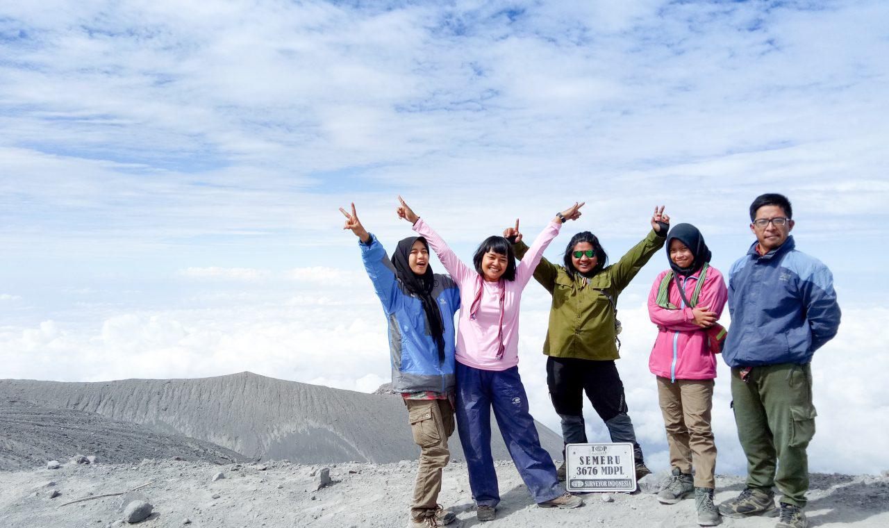4 cewek pendaki gunung Semeru seksi dan cantik