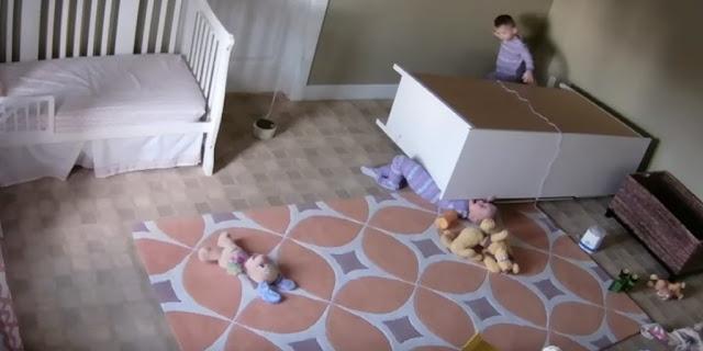 VIDEO: Mengharukan, Bocah 2 Tahun Selamatkan Kembarannya yang Tertimpa Lemari