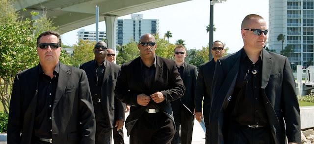 أسباب 6 لا تعرفها وراء ارتداء حراس الأمن نظارات سوداء فقط ليست للأناقة فقط .... تعرف عليها