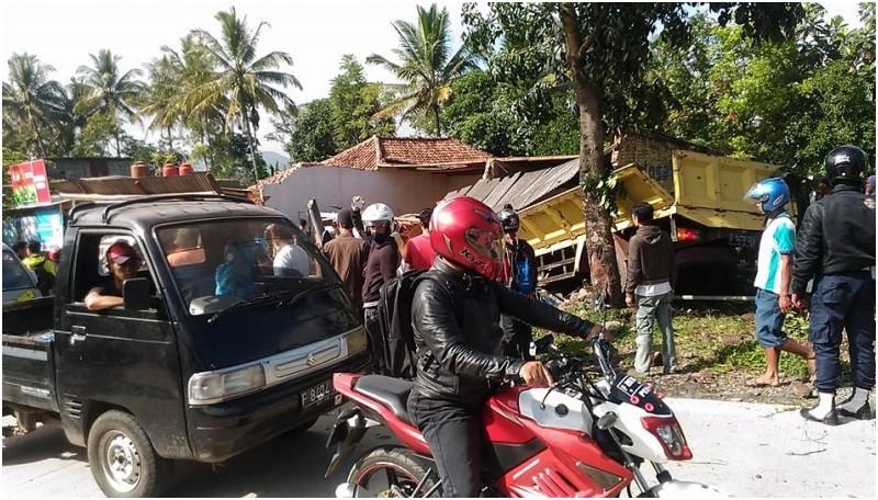 Penampakan truk menabrak bengkel di Cianjur