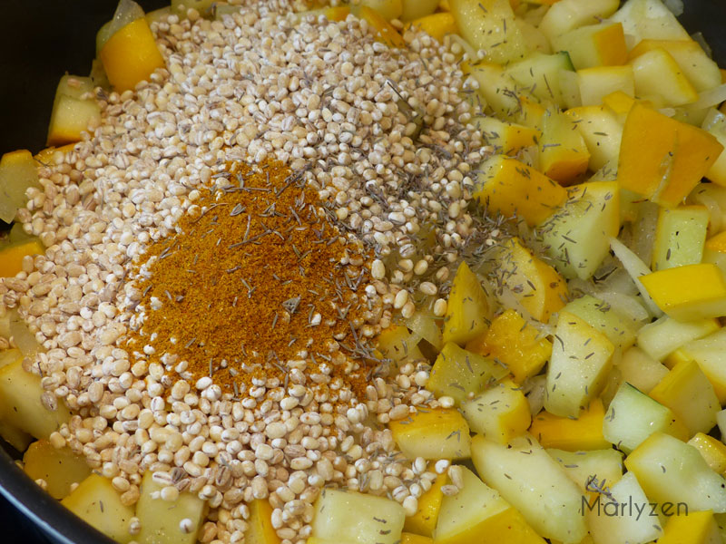 Ajoutez l'orge, le curry et le thym.