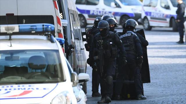 Hombre ataca con un machete a un soldado francés cerca de Louvre