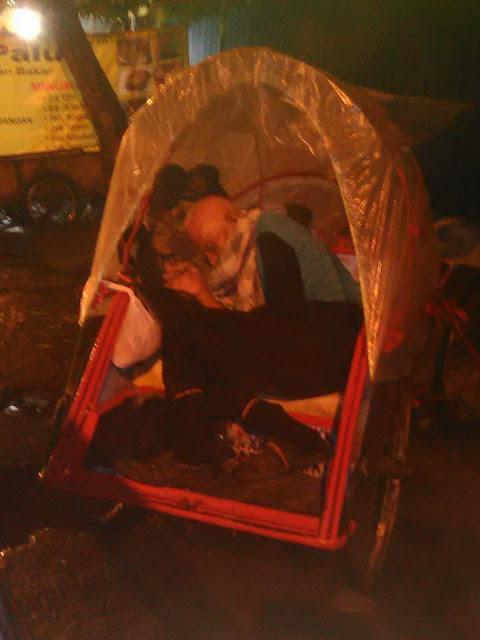 Kisah Pilu Mbah Atim: Rumahku Diambil, Aku Tidur di Becak