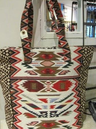 Bolso dibujos étnicos blanco, rojo, negro, marrón.